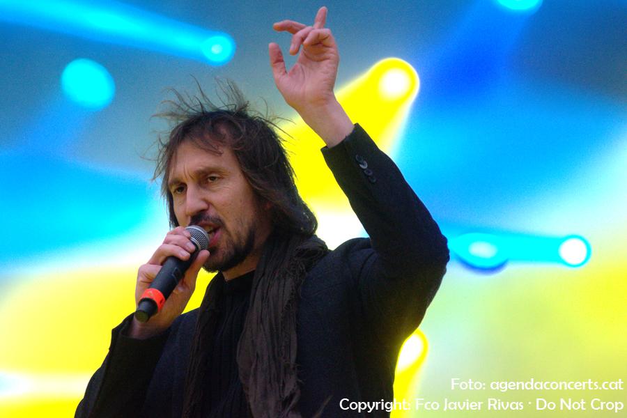 Èric Vinaixa, actuant al Concert per la Llibertat a l'Estadi Olímpic Lluís Companys de Barcelona.