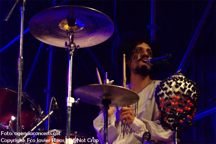 El grup Fumaça Preta, actuant al Festival BAM que se celebra durant La Mercè, a la Rambla del Raval de Barcelona.