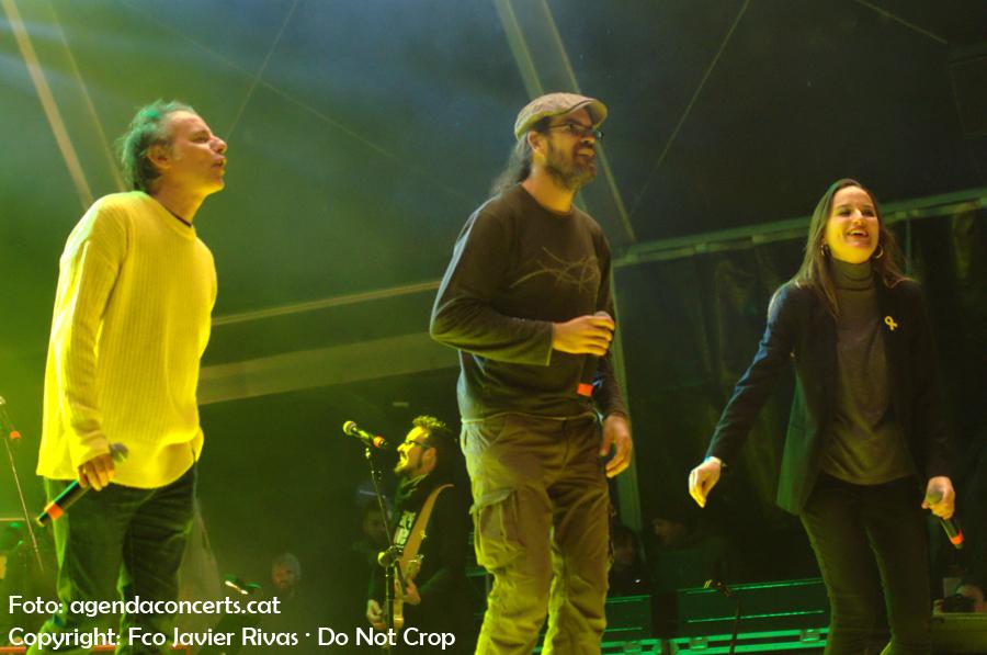La Banda Impossible actuant al Concert per la Llibertat: Lluís Gavaldà, Natxo Tarrés i Judit Neddermann.