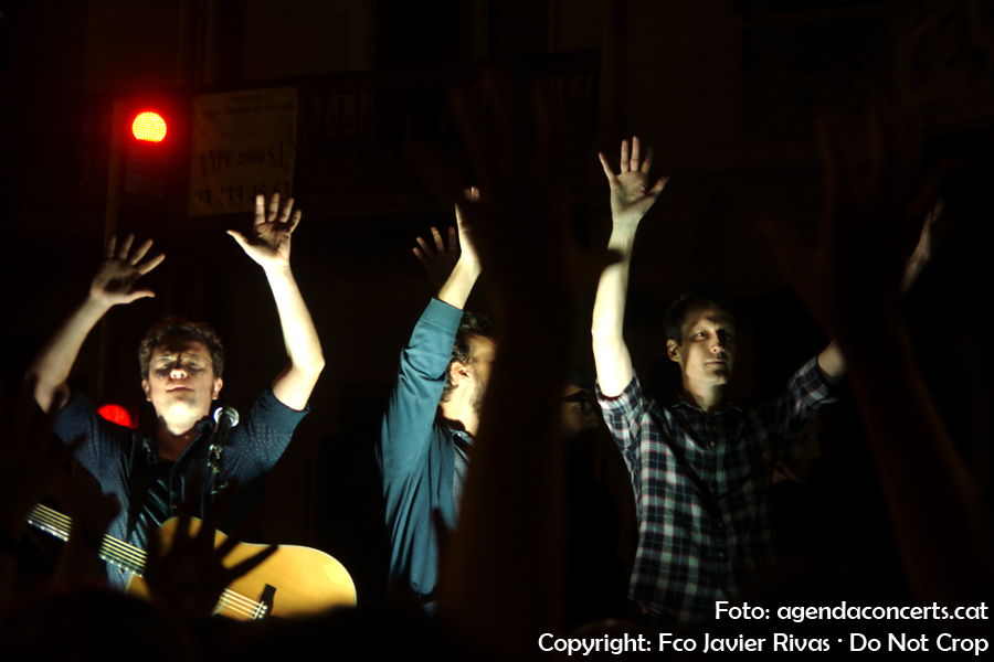 Mishima, actuant a la manifestació del 20 de setembre pel dret a votar al referèndum d'independència de Catalunya. Aixequen les mans com un aplaudiment silenciós quan l'organització de la manifestació ho demanava per evitar aldarulls.