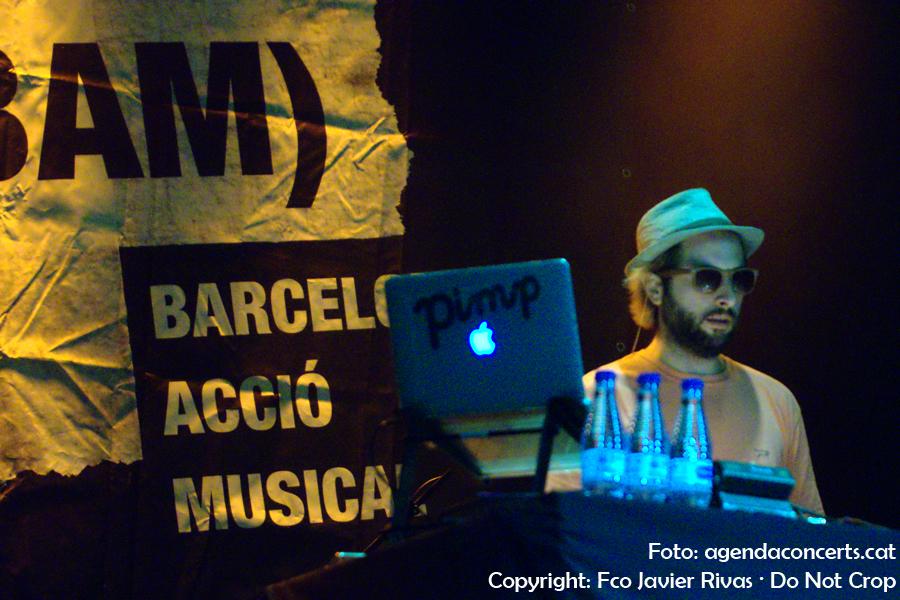 Pimp, acompanyant a Bejo, actuant al Festival BAM a la Rambla del Raval durant les festes de La Mercè de Barcelona.