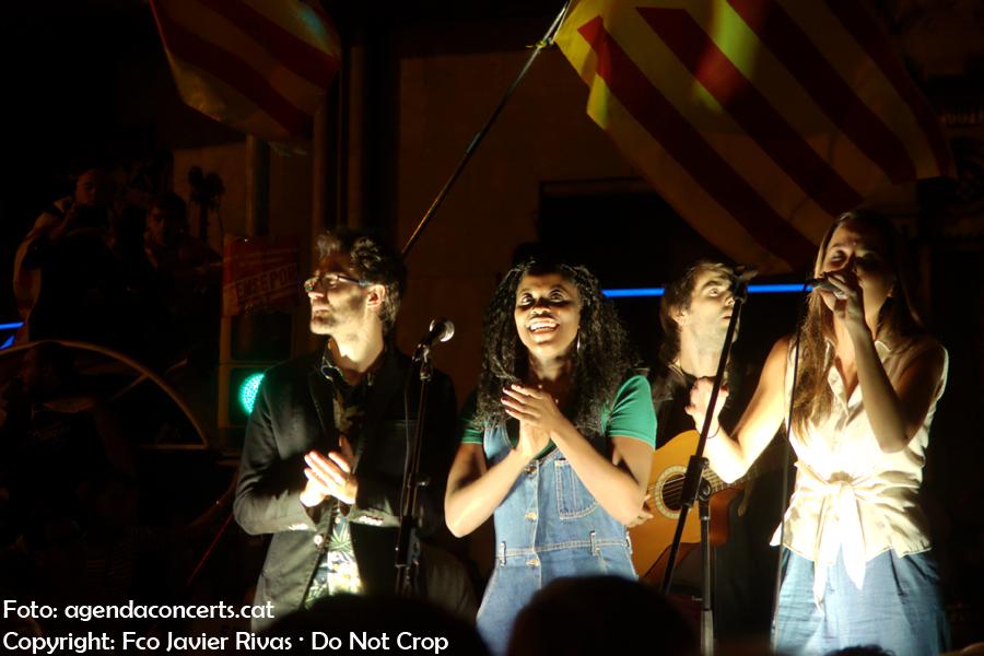 Judit Neddermann, Kathy Sey i Guillem Roma, actuant a la manifestació del 20 de setembre al costat de la Conselleria d'Economia de la Generalitat de Catalunya a Barcelona.