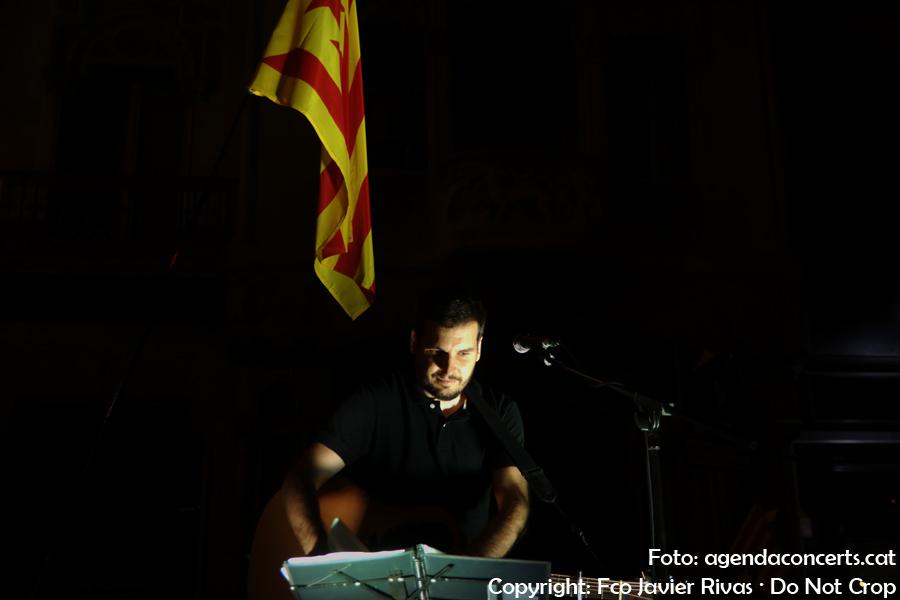 El cantautor valencià Pau Alabajos, actuant a la manifestació contra l'operatiu de la Guàrdia Civil a la Conselleria d'Economia de la Generalitat de Catalunya a Barcelona.