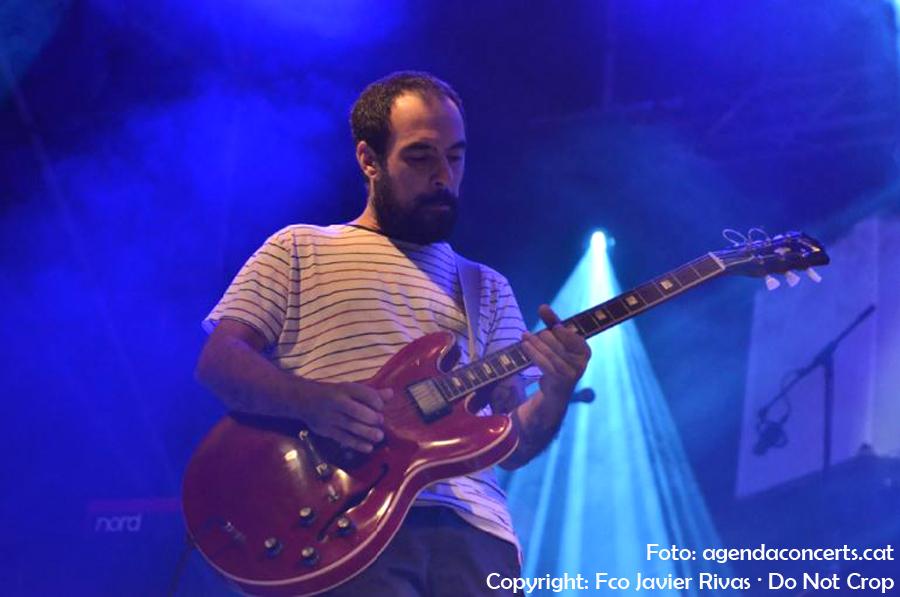El projecte Regira de Sant Boi de Llobregat, sobre l'escenari del Festival Altaveu de Sant Boi de Llobregat. Imatge: Roger Mestres -guitarra-.