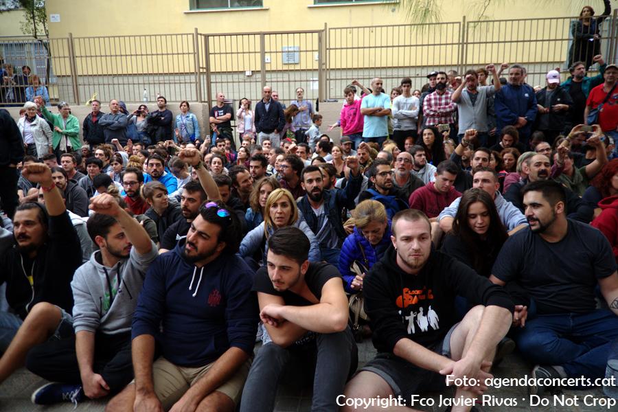 Ciutadans de Sant Boi esperant que apareguin els antidisturbis durant el referèndum del 1 d'octubre a Sant Boi de Llobregat.