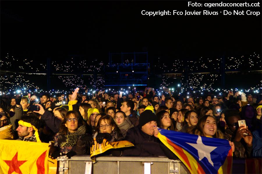 El públic del Concert per la Llibertat il·luminant amb els seus mòbils l'Estadi Olímpic de Montjuïc mentre sonava 'Barcelona s'il·lumina' de Buhos.