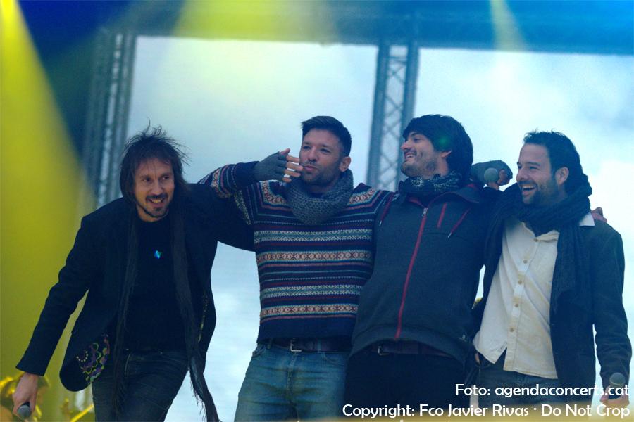Èric Vinaixa, Oriol Barri, Joan Rovira i Èric Vergés, actuant al Concert per la Llibertat a l'Estadi Olímpic Lluís Companys de Barcelona.