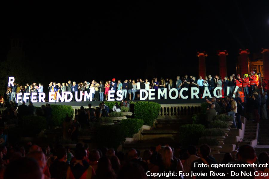 Diversos col·lectius de Catalunya donen suport al Referèndum del 1 d'octubre a lacte final de campanya a l'Avinguda Maria Cristina de Barcelona.
