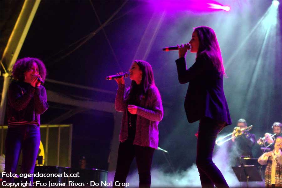 Gemma Humet, Judit Neddermann i Paula Valls, actuant al Concert per la Llibertat a l'Estadi Olímpic Lluís Companys de Barcelona.