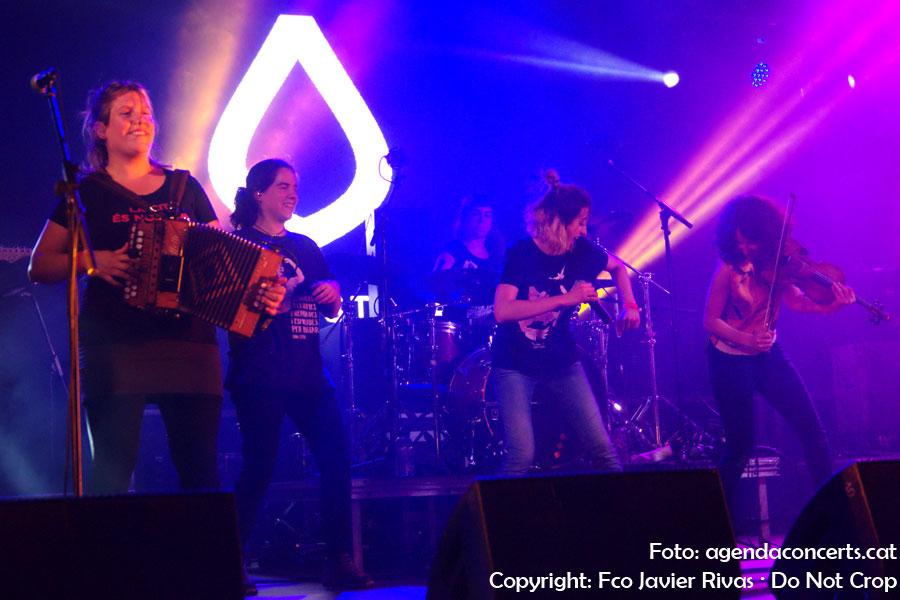 El grup femení Roba Estesa, presentant 'Desglaç' a la Festa Major 2018 de Sant Boi de Llobregat.