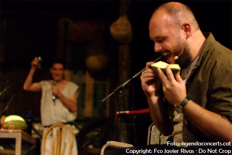El Niño de Elche, menjant-se un meló durant el concert de l'Enric Montefusco al Teatre Grec. Darrera, l'Albert Pla alçant una copa de vi.
