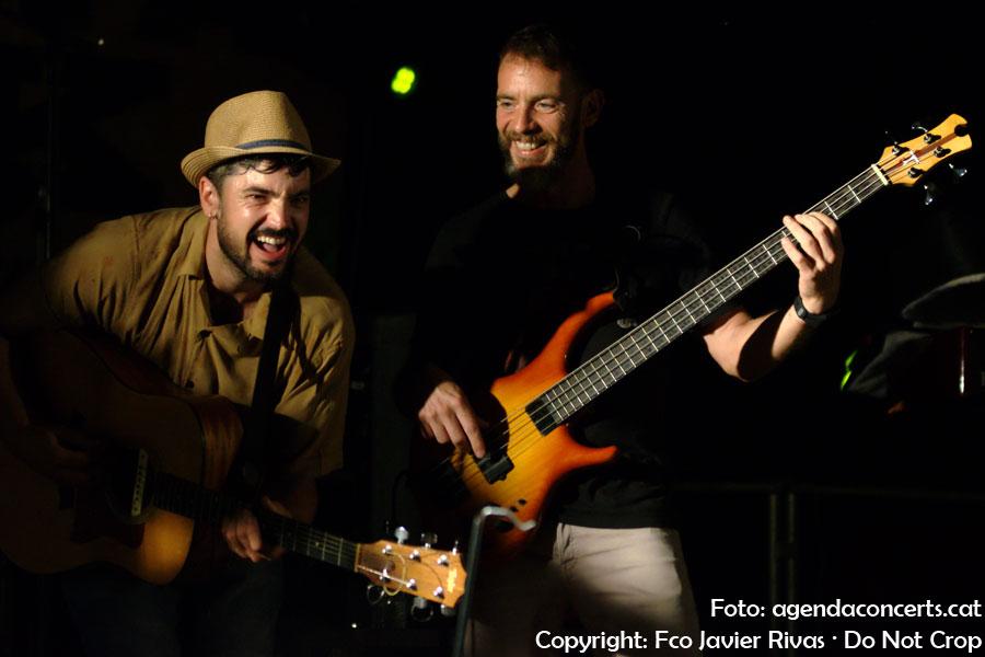 El grup de folk Qui hi ha?, actuant al Karxofa Rock de Sant Boi de Llobregat.
