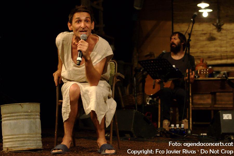 L'Albert Pla, actuant al concert de l'Enric Montefusco, darrere seu, al Teatre Grec de Barcelona.