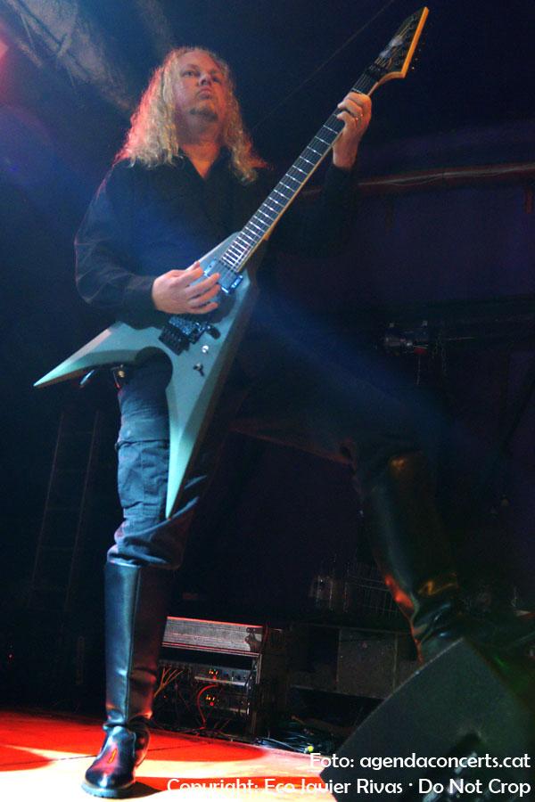 Alex Bouks, segon guitarrista de Immolation, actuant a la Sala Bóveda de Barcelona.