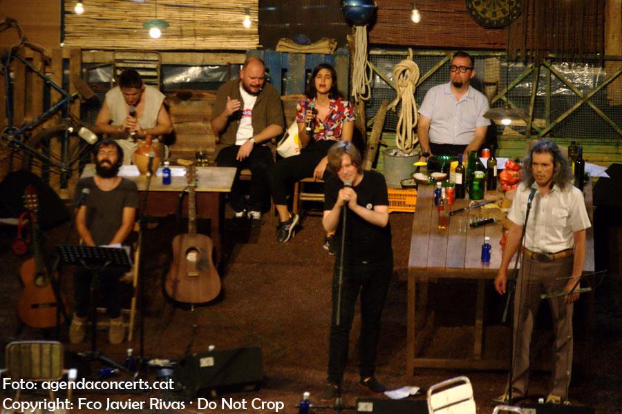Tots el convidats al concert de l'Enric Montefusco. Al darrera, d'esquerra a dreta: Albert Pla, Niño de Elche, Maria Arnal i Roberto Cubero. En front, d'esquerra a dreta, Enric Montefusco, Nacho Vegas i Quique Cubero.