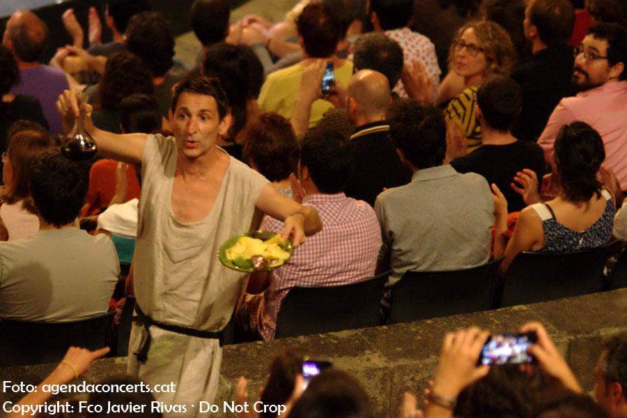 ALbert Pla, repartint patates fregides i vi, durant el concert de l'Enric Montefusco al Teatre Grec de Barcelona.