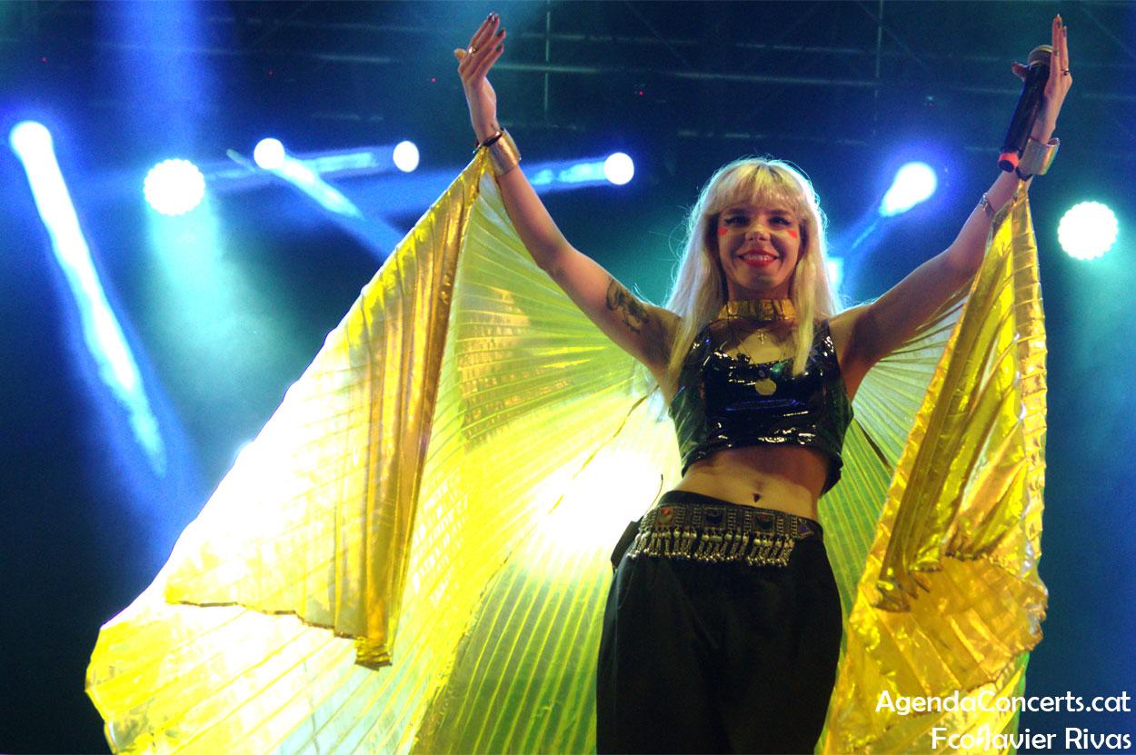 Gaye Su Akyol, actuando en el Moll de la Fusta de Barcelona durante las Fiestas de La Mercè 2019.