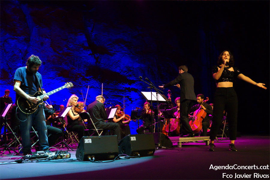 Maria Arnal and Marcel Bagés, performing at the Teatre Grec of Barcelona.