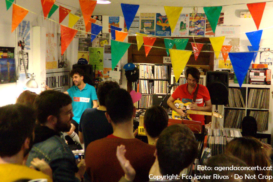 vàlius, performing at Ultra-Local Records in Barcelona.