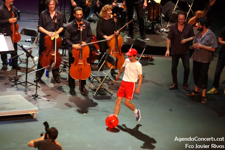 Ferran Palau, donant-li un cop de peu a una pilota sota la mirada del David Carabén -cantant de Mishima yi també periodista esportiu- al final del concert 'El pop d'una nit d'estiu'.