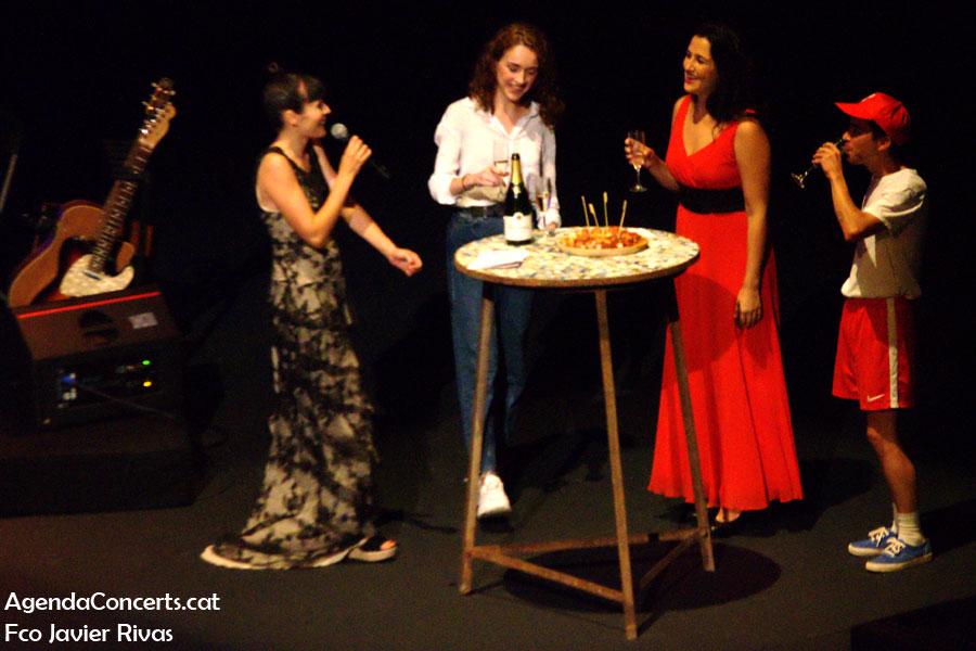 Alba Carmona, comiendo pulpo con Ferran Palau y Nuria Graham, en el Teatre Grec de Barcelona.