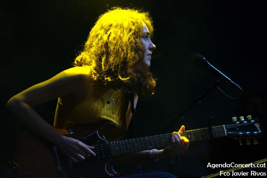 Núria Graham, actuando en la banda de Amaia Romero en el Poble Espanyol de Barcelona.