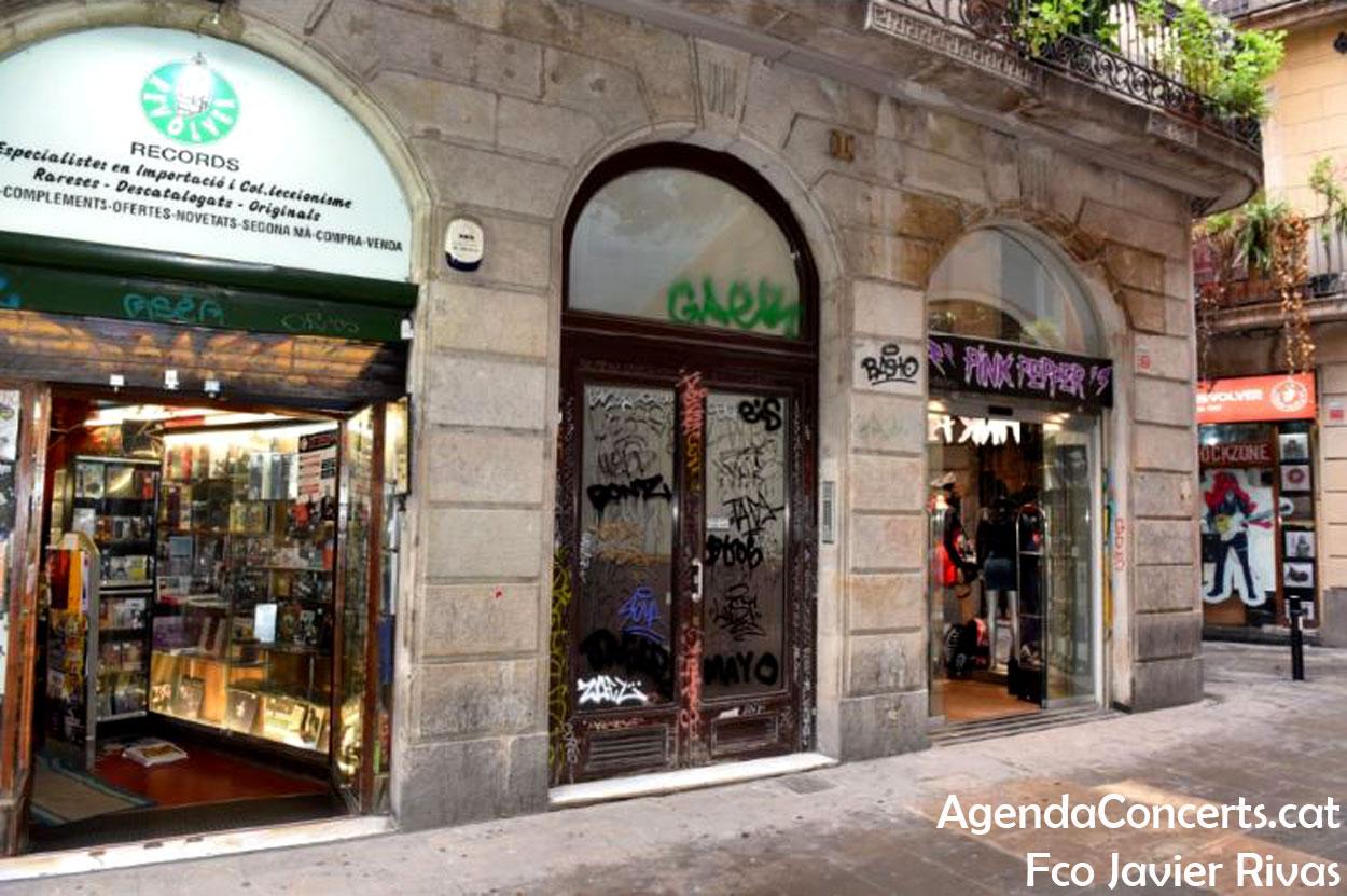 Fotografia en la qual es veuen les dues botigues Revólver al carrer Tallers de Barcelona.