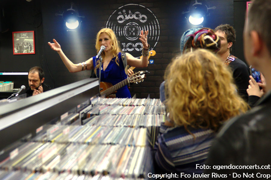 Tori Sparks, actuando en Disco 100 durante el Record Store Day 2019.