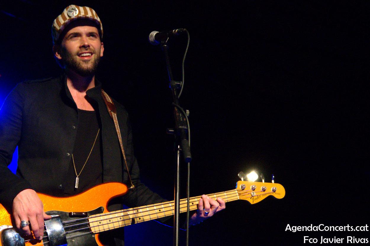 Bajista de John Paul Keith, actuando en el Festival Altaveu de Sant Boi de Llobregat.