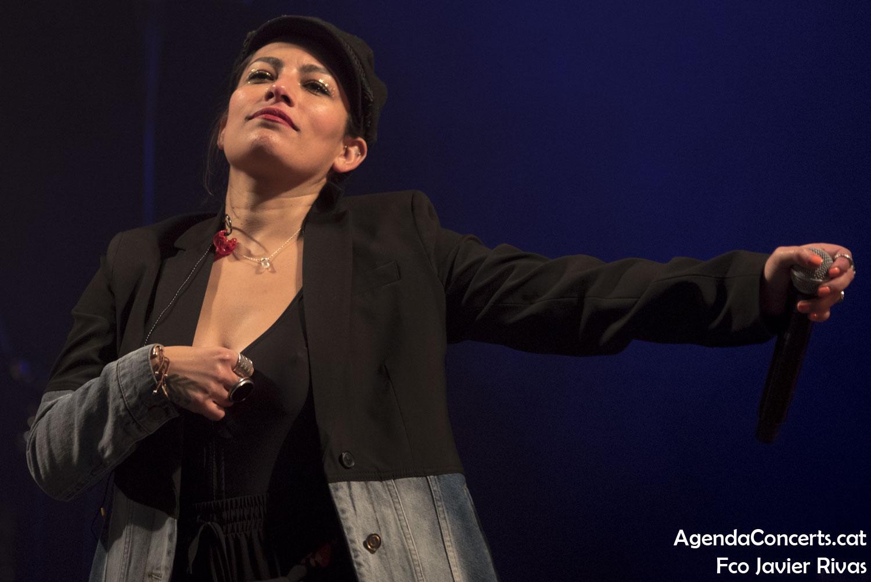 Ana Tijoux, actuando en la Plaça del Comerç de Barcelona.